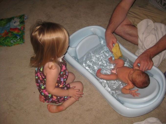 Hup! Sang kakak duduk dengan penasaran, lihat saja tangannya