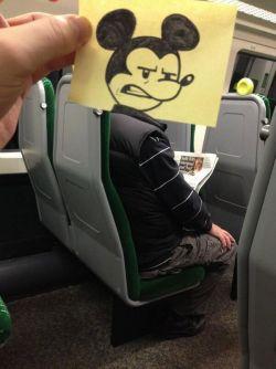 Orang ini Menggambar Wajah Kartun Untuk Penumpang Kereta