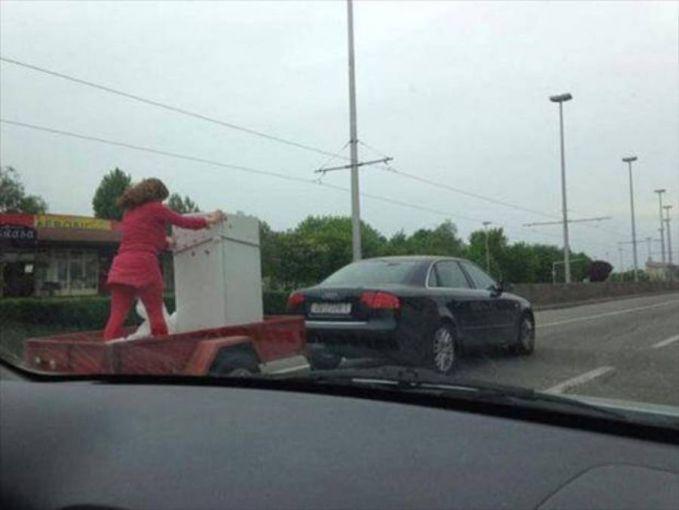 Ini baru yang namanya wonder woman, semoga aja sambungan antara mobil dan trailer nggak putus