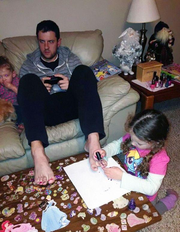 ayah yang lagi ngegame tak berdaya ketika putrinya ingin mewarnai kuku kakinya!