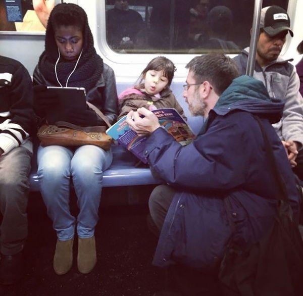 ayah yang rela gak duduk dan menyenangkan putrinya dengan bercerita..