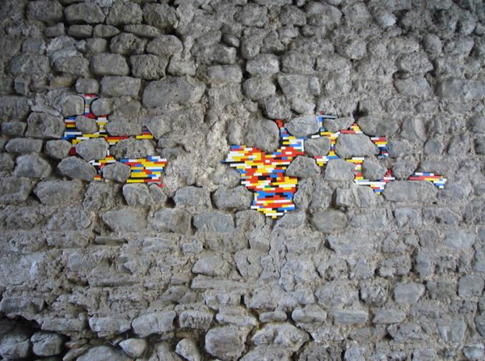 Jan Voorman juga menyelipkan karyanya di antara batu-batu yang menopang bangunan
