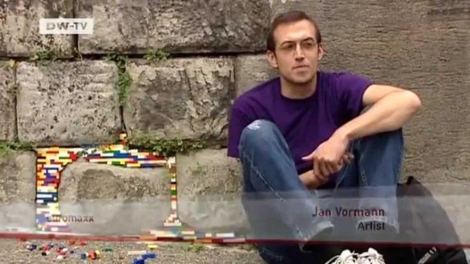 Tampak Jan Voorman di samping hasil karyanya