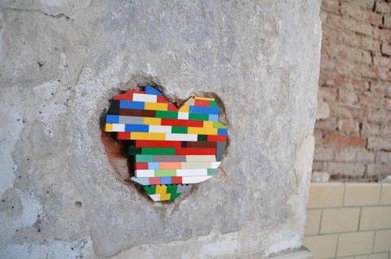 Perhatikan tambalan lego ini, berbentuk hati dengan aneka warna