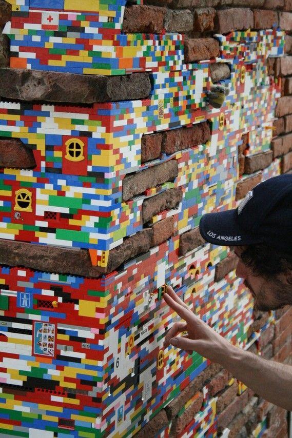 Seorang pejalan kaki berusaha memastikan bahwa yang disentuhnya adalah lego, bukan cat