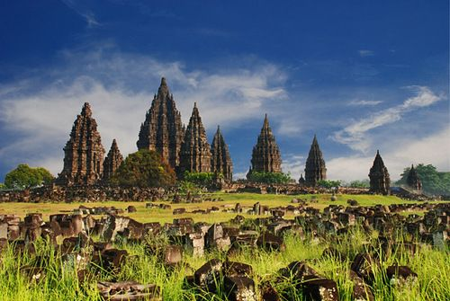 Negara Seribu Candi Julukan negeri seribu candi diberikan dunia kepada Indonesia berawal dari dipilihnya candi Borobudur sebagai salah satu dari 7 keajaiban dunia