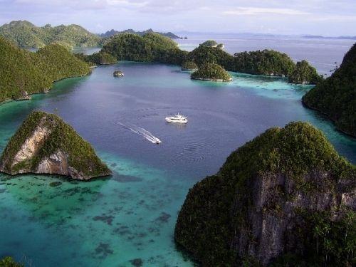 Negara Seribu Pulau Julukan ini diberikan melihat Indonesia terdiri dari ribuan pulau sekaligus menegaskan bahwa Indonesia adalah Negara kepulauan dengan jumlah pulau terbanyak di dunia
