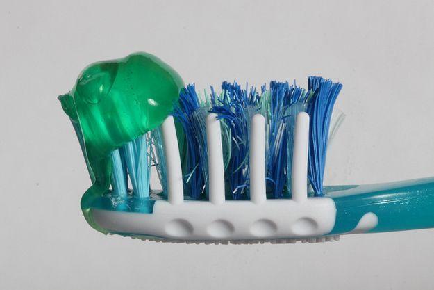 Gunakan pasta gigi itu pada ujungnya saja, segitu aja sudah cukup kok g usah terlalu banyak sampe full sikatnya.