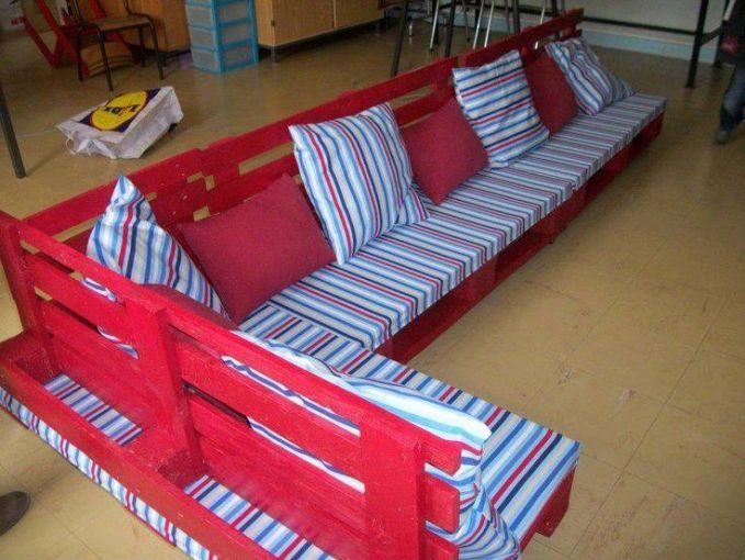 Dengan penambahan warna, Pallet Kayu bekas ini berubah menjadi kursi ruang tamu