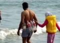 Kumpulan Foto Orang Di Pantai Dengan Kelakuan Aneh & Lucu Bikin Ngakak