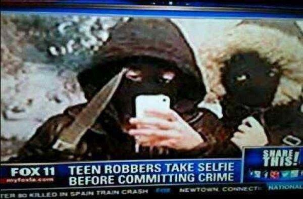 Penjahat ini akhirnya ditanggkap polisi karena sebelum mereka melakukan kejahatan mereka selfie dulu..haha