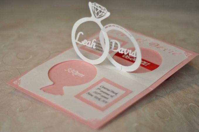 Pop Up Ring, jadi undangan ini bisa memunculkan bagian berbentuk Cincin,dan ditengahnya ditulis nama kamu & pasangan.