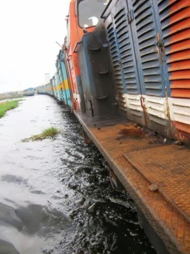 lintasan kereta yang sedang banjir