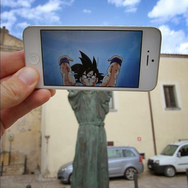 Tuh ada patung Goku juga.