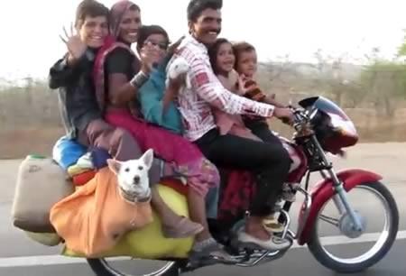 Keluarga besar ini terpaksa berboncengan banyak karena sepeda motor ini satu-satunya kendaraan yang dimiliki