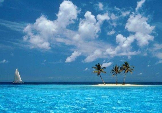 Kepulauan Karibia dianugerahi dengan alam laut dan pantai yang memesona. Tak heran jika salah satu pulau cantiknya pun diabadikan dalam sebuah wallpaper desktop Windows XP. Gambar yang berjudul Azul ini menampilkan sebuah pulau kecil atau gosong dengan 3 pohon kelapa. Tak lupa, sebuah perahu layar menyempurnakan pemandangan. Beberapa orang berasumsi tempat ini berada di dekat Antigua atau Kepulauan Cayman.