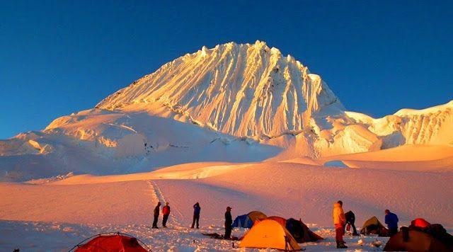 Gunung Alpamayo Alpamayo memiliki kemiringan yang sangat curam hampir 60 derajat, bentuknya hampir menyerupai piramida sempurna. Alpamayo terletak di Peru, Amerika Selatan.