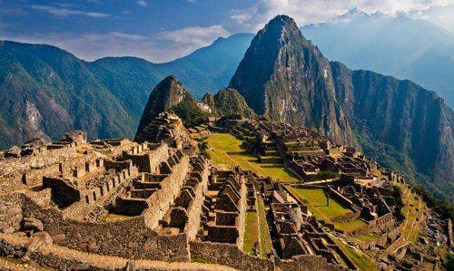 Gunung Huayna Picchu Machu Picchu (bahasa Quechua Machu Pikchu, Gunung Tua;[1] sering juga disebut Kota Inca yang hilang) adalah sebuah lokasi reruntuhan Inca pra-Columbus yang terletak di wilayah pegunungan pada ketinggian sekitar 2.350 m di atas permukaan laut. Machu Picchu berada di atas lembah Urubamba di Peru, sekitar 70 km barat laut Cusco.