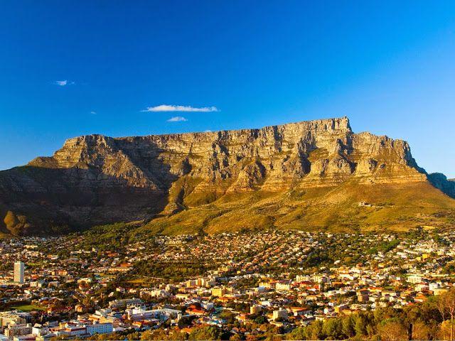 Table Mountain Table Mountain yang berada di Afrika Selatan memiliki puncak datar yang panjangnya hampir 3 km. Gunung ini tak terlalu tinggi, namun memiliki keunikan bentuknya yang seperti meja menjadikan gunung ini sebagai salah satu gunung terindah dunia. Untuk menuju ke puncak gunung ini dapat dilalui dengan mendaki atau menaiki kereta gantung.