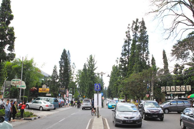 Jalan Dago ini sebenarnya bernama Jalan Ir. H. Juanda. Kalau kamu ngaku sebagai anak muda paling hits, kamu wajib datang ke Jalan Dago. Jalan ini disebut sebagai salah satu jalan terpopuler di Bandung dan dikenal sebagai 'One Stop Holiday'.