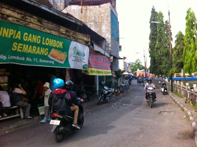 Kamu suka makan lumpia tapi nggak tahu sejarahnya? Buruan datang ke Jalan Gang Lombok Semarang. Di sinilah lumpia diresepkan pertama kali oleh pasangan suami isteri beda budaya yaitu Tjoa Thay Yoe dan Wasih. Lumpia yang rasanya enak itu merupakan perpaduan antara citarasa oriental dan Jawa.