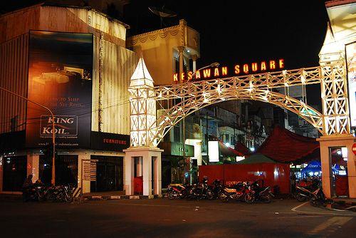 Di sinilah tempat paling tepat bagi kamu yang ingin tahu sejarah Medan di masa lalu. Jalan Kesawan menyimpan banyak nilai historis kota ini dari masa ke masa. Jalan ini telah menjadi jalan utama di masa penjajahan oleh pemerintah Hindia Belanda. Sampai saat ini, kamu masih bisa melihat gedung tua dengan arsitektur kuno seperti Gedung Lonsum dan Tjong A Fie Mansion.