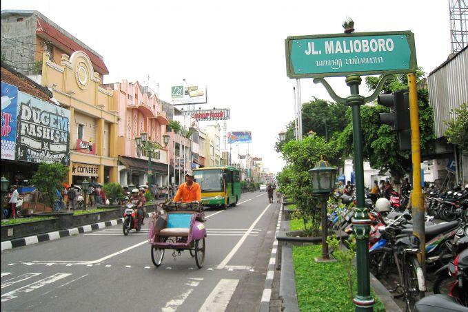 Ke Makassar yang dingat jangan cuma Pantai Losari dan Benteng Rotterdam saja, mampir ke Jalan Somba Opu. Jalan ini adalah jalan populer yang dikenal sebaga pusat oleh-oleh khas Makassar dan sekitarnya. Sebelum berangkat ke sini, siapkan uang yang cukup ya, karena bisa jadi hasrat kamu untuk berbelanja jadi menggila.