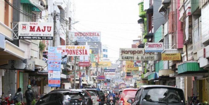 Apa menariknya Jalan Sudirman di Jakarta? Kamu mungkin sudah anti dengan jalan ini karena merupakan salah satu titik kemacetan ibu kota. Tapi bukan berarti jalan ini nggak menarik sama sekali. Cobalah datang ke Jalan Sudirman saat Car Free Day yang dilaksanakan setiap hari Minggu, mulai jam 6 pagi sampai 11 siang.