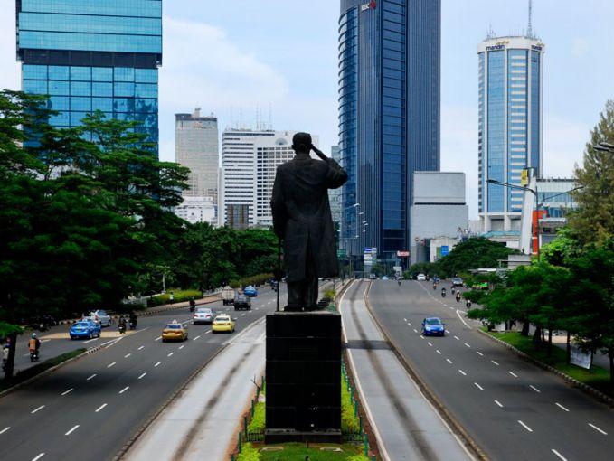 Jika kamu sudah nggak asing dengan julukan Surabaya sebagai Kota Pahlawan, kamu perlu tahu di mana lokasi titik penting perjuangan Arek Suroboyo. Jalan Tunjungan merupakan jalan yang punya nilai sejarah tinggi. Di jalan ini terletak Hotel Majapahit yang merupakan lokasi perobekan bendera penjajah yang fenomenal itu.