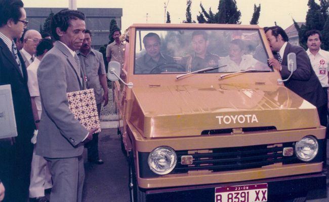 Kijang Doyok. Diluncurkan pertama kali sebagai mobil niaga. Ternyata banyak orang suka.