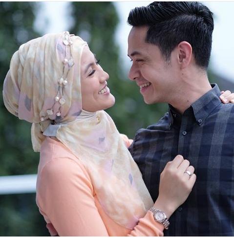 2. Dude Herlino-Allysa Soebandono Makin hari pasangan ini makin romantis banget loh guys. Sadar ato nggak coba liat gaya senyum keduanya, mirip banget kan? Serasi banget deh mereka.