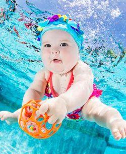 FOTO MENAKJUBKAN BAYI LUCU di Dalam Air yang Sedang Belajar BERENANG