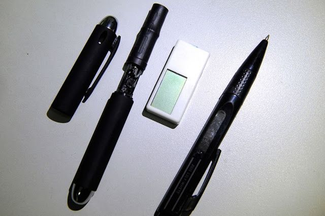 Kamera tersembunyi pada pulpen dan receiver yang disisipkan pada karet penghapus.