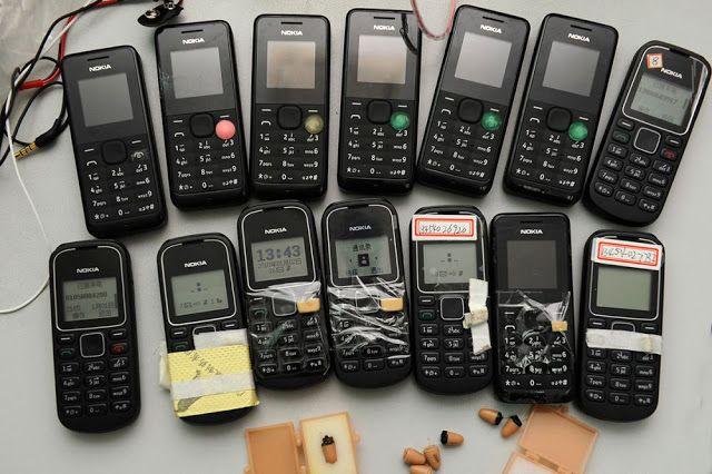 Beberapa ponsel yang berhasil diamankan pihak kepolisian. Ponsel-ponsel yang terhubung dengan receiver ini dipakai untuk melakukan aksi kecurangan selama ujian.