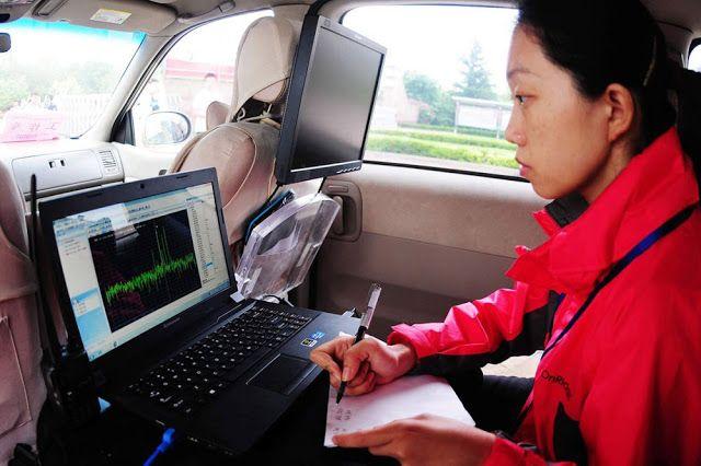 Sementara di tempat lain, ada pengawas yang bertugas untuk memantau frekuensi sinyal radio yang mencurigakan di ruang ujian.