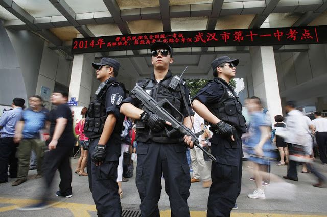 Tak tanggung-tanggung, pihak kampus sengaja mengerahkan aparat kepolisian lengkap dengan senjata laras panjang untuk mengawal jalannya ujian.