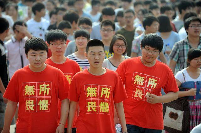 Sejumlah siswa mengenakan kaos bertuliskan tidak takut apapun saat akan menempuh ujian masuk perguruan tinggi.