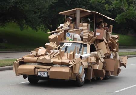 Ini modifikasi mobil paling nggak niat. Pengennya bikin mobil tank, tapi apa daya hanya sanggup ngumpulkan kardus bekas.