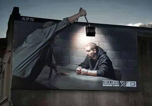 Asli, ini juga di luar nalar. Memanfaatkan lampu jalan untuk membuat iklan keren.