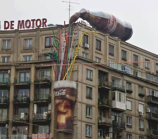 Kalo kalian sering memperhatikan iklan coca cola tentu tidak kaget melihat gambar di atas. Iklan-iklan yang mereka buat memang luar biasa. maklum saja, mereka berani merogoh kocek hingga milyaran rupiah untuk sebuah iklan.