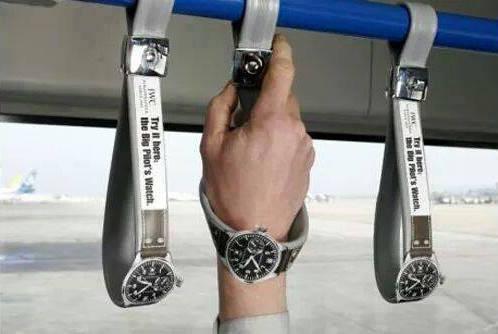 Iklan jam tangan ini memanfaatkan pegangan tangan di sebuah busway. Seolah-olah kita mencoba produk jam mereka. Kreatif!