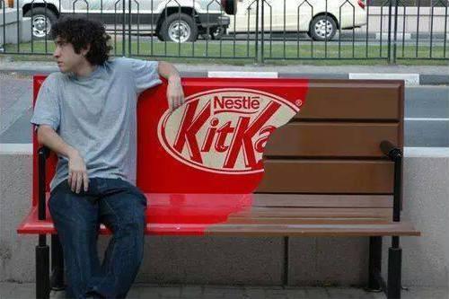 Ini juga tak kalah keren. Produk coklat kitkat memanfaatkan bangku taman sebagai media iklan mereka.