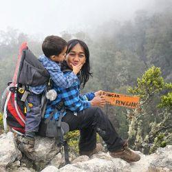 KEREN ! Ibu Perkasa Bawa Anaknya Mendaki 15 Puncak !