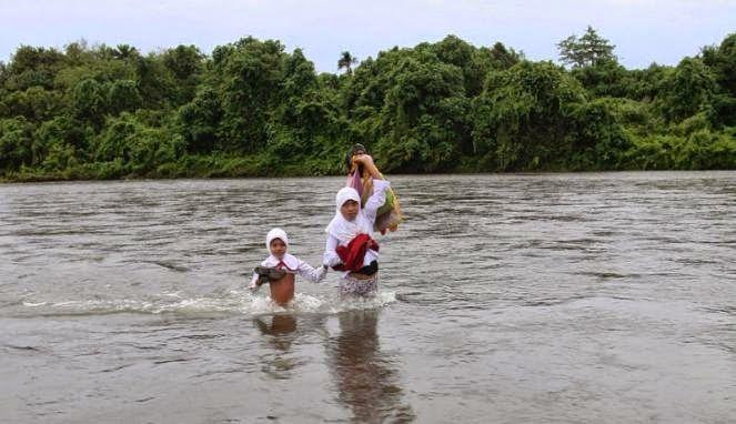 #2 Berjuang sekolah dengan melewati sungai.