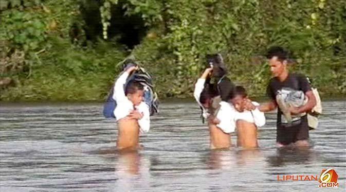 #3 Bahkan seorang guru rela membantu murid-muridnya menyeberang sungai.