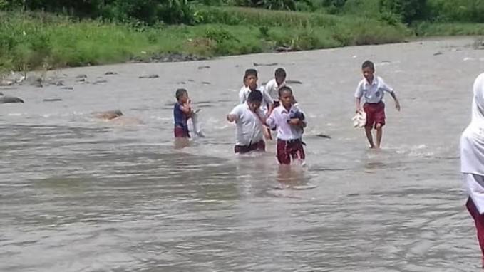 #6 Mereka masih semangat meskipun seragamnya basah saat menuju sekolah.