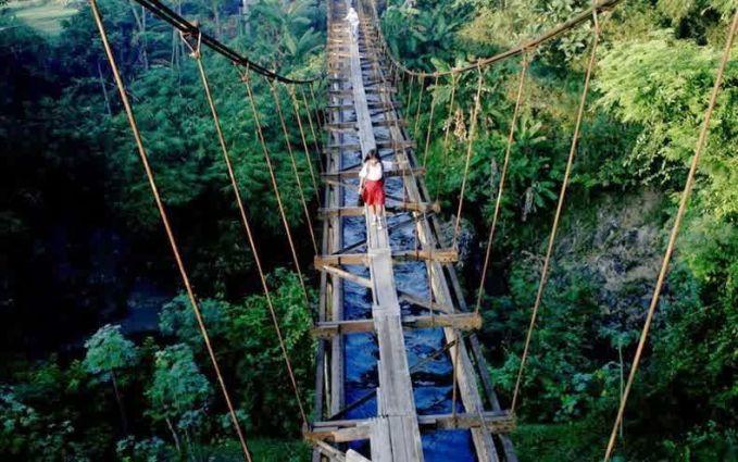 #7 Jembatan setapak di atas jurang bukan halangan bagi mereka