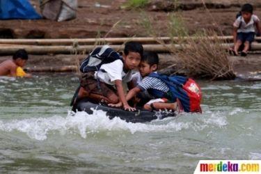#13 Untuk menyeberang sungai, mereka juga menggunakan ban.
