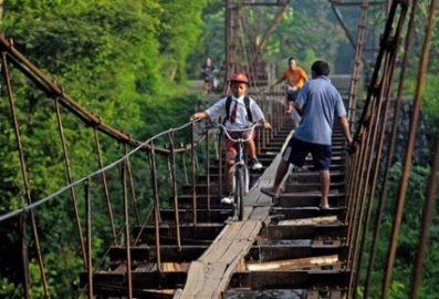 #19 Pejalan kaki kadang juga mengalah dengan anak yang mau sekolah
