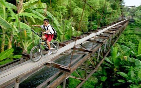 #20 Jembatan setapak bukan halangan untuk pergi ke sekolah